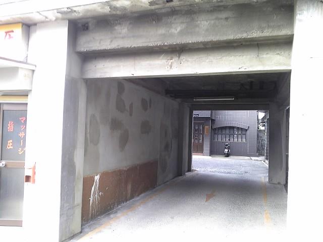 路地裏のトンネルを抜けると・・・・